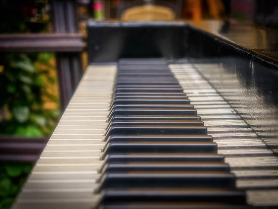 Die schwrzen und weißen Tasten eines Klaviers. JUFA Hotels, der Ort für Konzerte, Events und mehr.