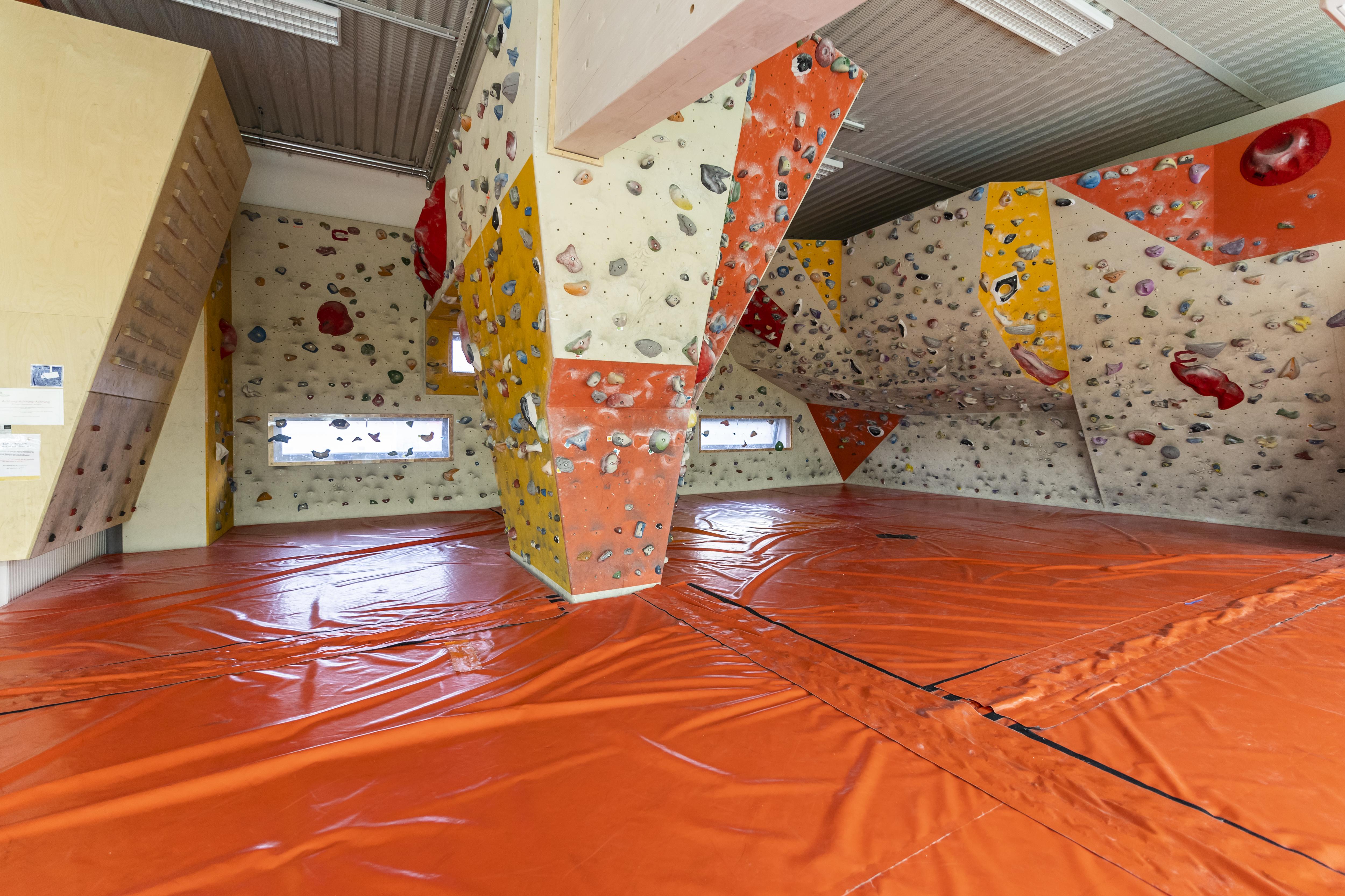 Sie sehen den Kletterbereich in der Sporthalle vom JUFA Hotel Bleiburg – Sport-Resort. Der Ort für erfolgreiches Training in ungezwungener Atmosphäre für Vereine und Teams.