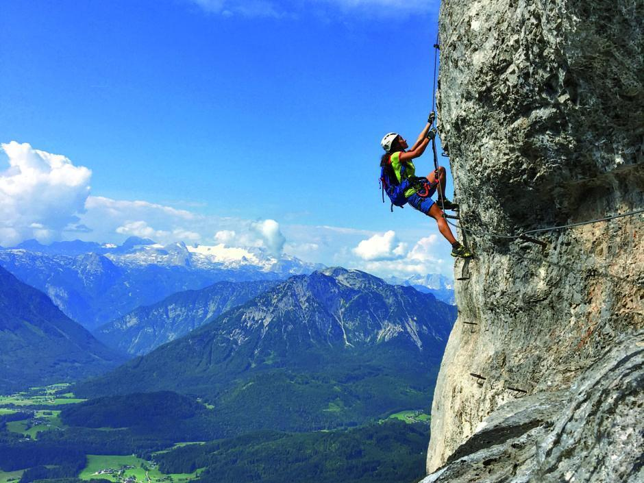 Sie sehen einen Climber auf dem Klettersteig Sisi am Loser im Sommer. JUFA Hotels bietet Ihnen den Ort für erlebnisreichen Natururlaub für die ganze Familie.