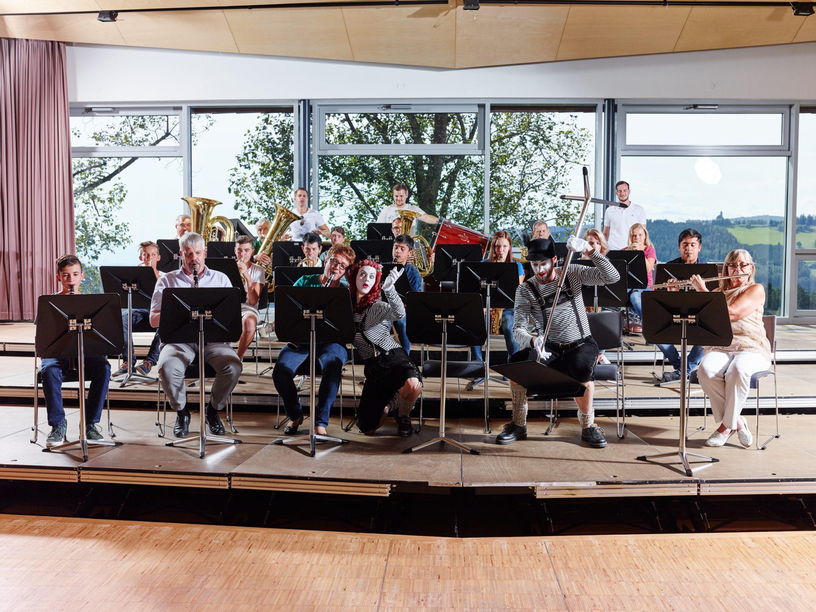 Sie sehen ein Konzert in der Musikakademie Knappenberg mit Pantomimen. JUFA Hotels bietet den idealen Platz zum Musizieren und Singen in der Gemeinschaft in abwechslungsreichen Regionen.