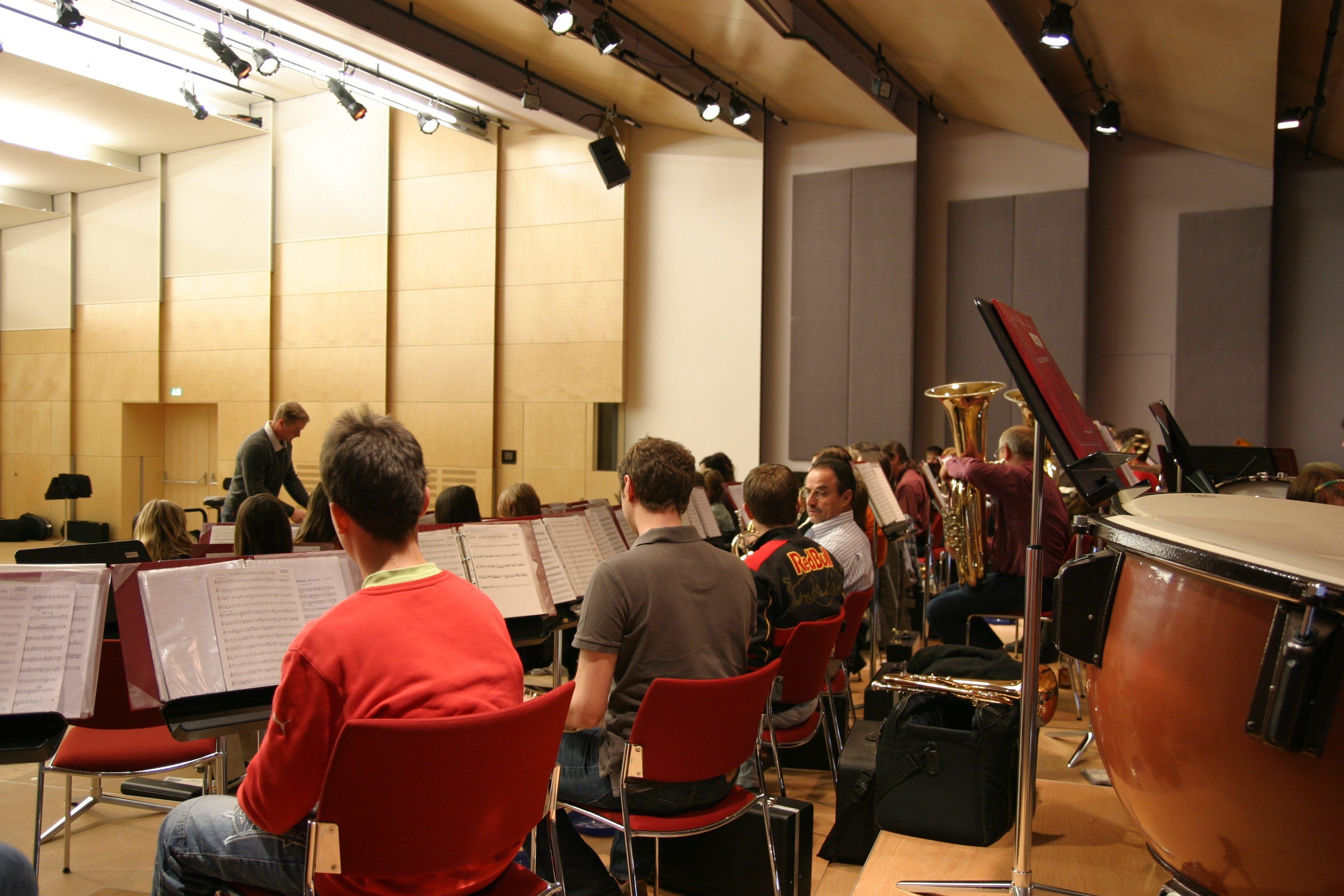 Sie sehen den Konzertsaal des Musikzentrums Knappenberg. JUFA Hotels bietet den idealen Platz zum Musizieren und Singen in der Gemeinschaft in abwechslungsreichen Regionen.
