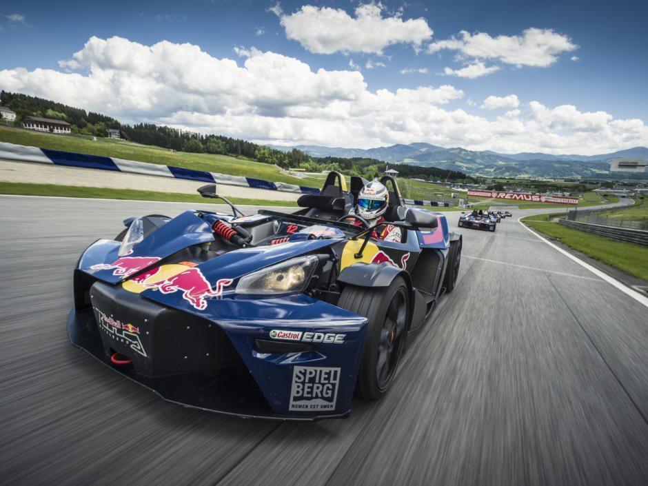 Sie sehen eine KTM X-Bow auf dem Red Bull Ring in Spielberg. JUFA Hotels bietet tollen Urlaub mit viel Abenteuer und Spass für die ganze Familie.