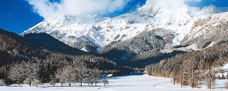 Perfekt präparierte Langlaufloipe und Skatingstrecke im Nationalpark Gesäuse in der Steiermark. JUFA Hotels bietet erholsamen Familienurlaub und einen unvergesslichen Winterurlaub.
