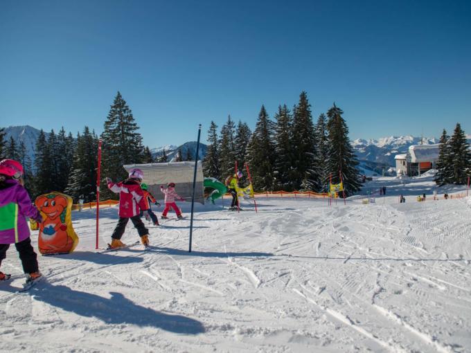 Sie sehen Kinder beim Skifahren im Skigebiet Laterns Gapfohl. Die JUFA Hotels bieten erholsamen Urlaub für die ganze Familie.