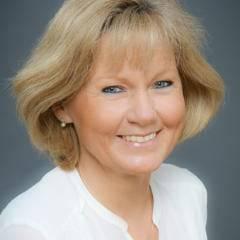 Sie sehen die Lehrerin Christa Altrichter der NMS Wien-Floridsdorf. JUFA Hotels bietet erlebnisreiche und kreative Schulprojektwochen in abwechslungsreichen Regionen.