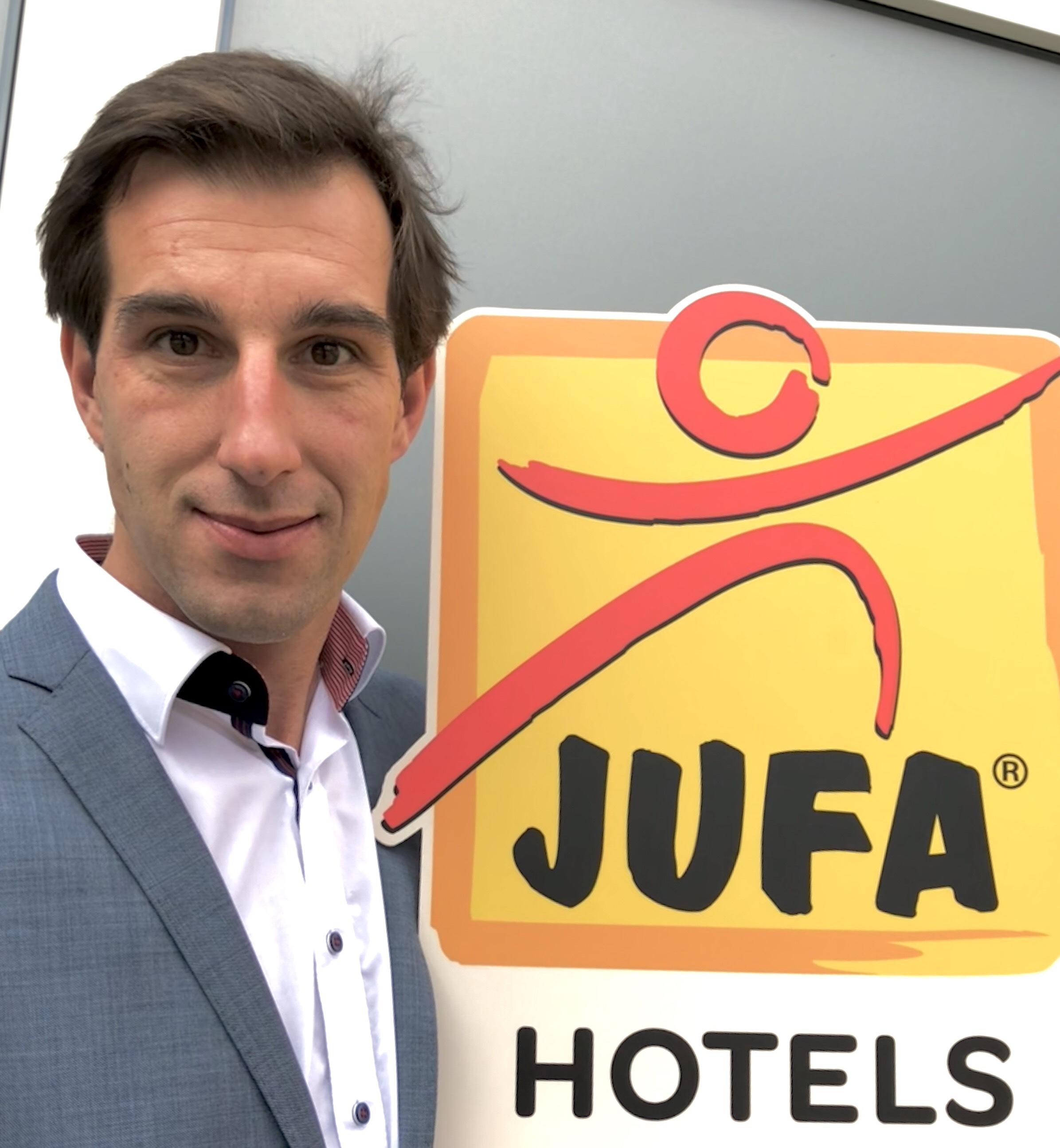Sie sehen Martin Omann, Leiter Presse- und Öffentlichkeitsarbeit bei JUFA Hotels. Der Ort für kinderfreundlichen und erlebnisreichen Urlaub für die ganze Familie.