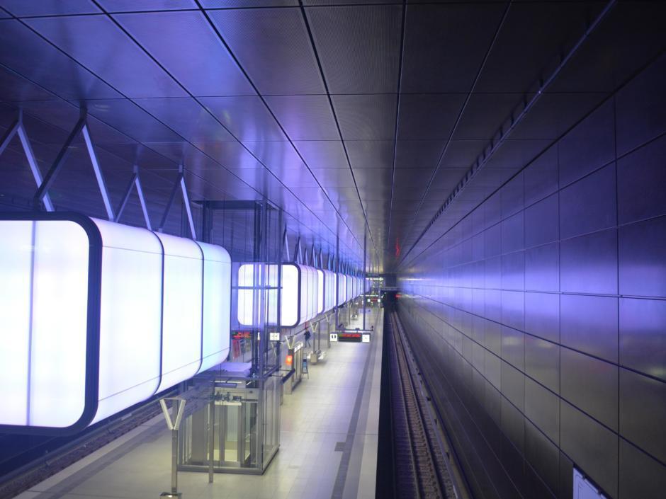 Die Hamburger U4 HafenCity U-Bahnstation ist in unmittelbarer Nähe des JUFA Hotel Hamburg HafenCity und wird erleuchtet von LED-Containern.