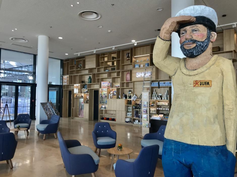 Sie sehen die Lobby im JUFA Hotel Hamburg HafenCity****. Der Ort für erlebnisreichen Städtetrip für die ganze Familie und den idealen Platz für Ihr Seminar.