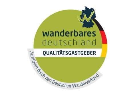Sie sehen das Logo des Deutschen Wanderverbands, das für Wanderurlauber passende und als Qualitätsgastgeber-zertifizierte Hotels tragen dürfen. JUFA Hotels sind zertifizierte Qualitätsgastgeber und Partner des Deutschen Wanderverbands.
