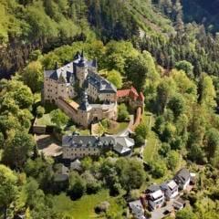 Sie sehen eine Luftaufnahme von Burg Lauenstein in Ludwigstadt mit Ansicht von Südosten. JUFA Hotels bietet kinderfreundlichen und erlebnisreichen Urlaub für die ganze Familie.