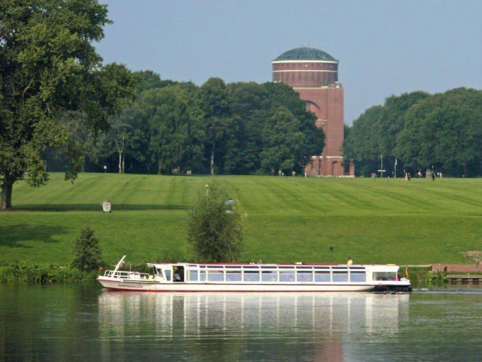 Einer der Insider-Tipps ist der Stadtparksee mit Alsterdampfer, wo man auf den grünen Wiesen den schönen Tag genießen kann.