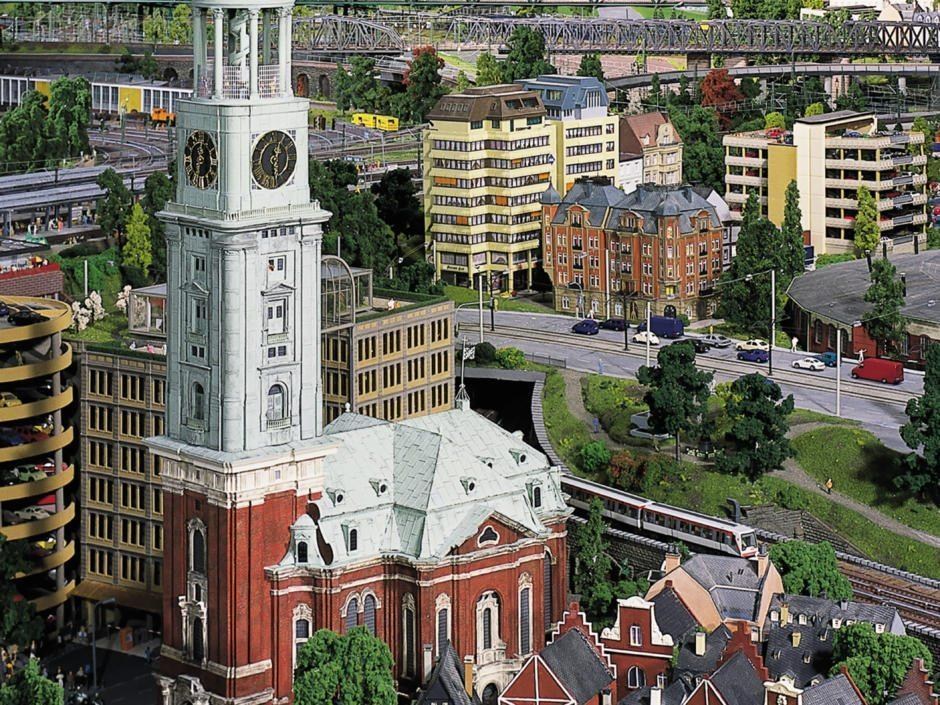 JUFA Hotel Hamburg HafenCity liegt in unmittelbarer Nähe vom Miniaturwunderland, dass man sehr gut bei Schlechtwetter besuchen kann.