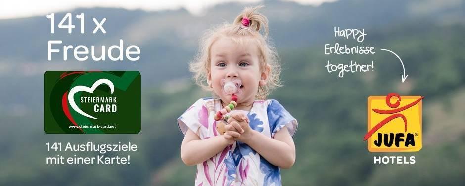 Sie sehen ein Mädchen mit der Steiermark-Card und dem Logo der JUFA Hotels im Sommer. JUFA Hotels bietet kinderfreundlichen und erlebnisreichen Urlaub für die ganze Familie.