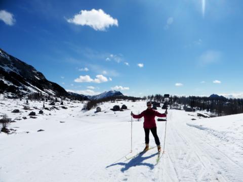 Maria Kapeller beim Langlaufen auf der Tauplitz. JUFA Hotels bieten erholsamen Familienurlaub und einen unvergesslichen Winter- und Wanderurlaub.