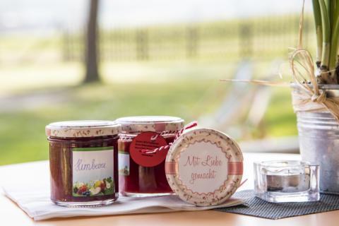 Sie sehen hausgemachte Marmelade im JUFA Hotel Maria Lankowitz. Der Ort für erholsamen Familienurlaub und einen unvergesslichen Winter- und Wanderurlaub.