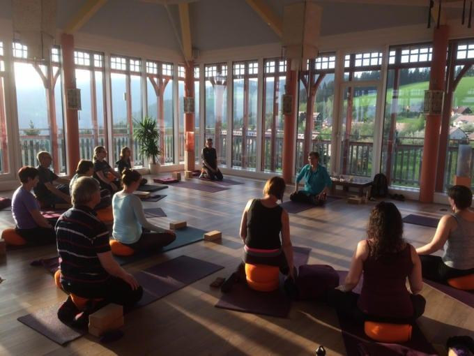 Sie sehen eine Meditationseinheit mit Trainerin Monika Eisenbeutel im JUFA Hotel Knappenberg****. JUFA Hotels bietet den Ort für erfolgreiche und kreative Seminare in abwechslungsreichen Regionen.