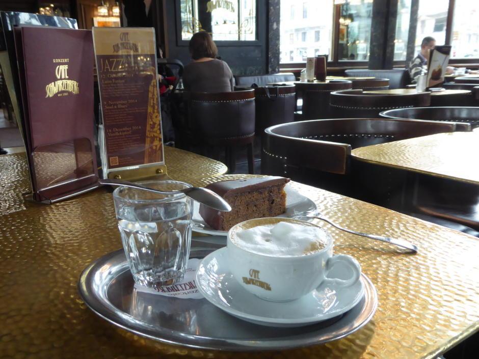 Sie sehen eine Melange und Sachertorte im Café Schwarzenberg in Wien. JUFA Hotels bietet erholsamen Familienurlaub und einen unvergesslichen Winterurlaub.