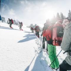 Sie sehen Menschen beim Schneeschuhwandern mit ruckXbob in Oberösterreich im Winter. JUFA Hotels bietet erholsamen Familienurlaub und einen unvergesslichen Winterurlaub.