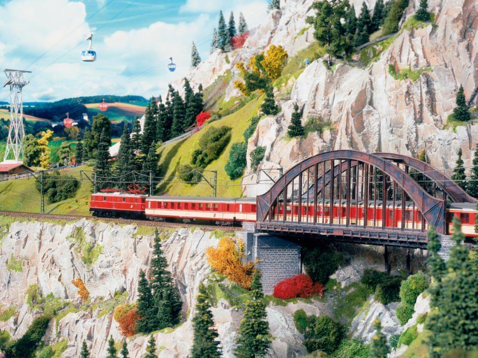 Eisenbahnbrücke in den Alpen im Miniformat im Miniatur Wunderland Hamburg in der Nähe vom JUFA Hotel Hamburg Hafen City. Der Ort für erlebnisreichen Städtetrip für die ganze Familie und der ideale Platz für Ihr Seminar. Kindermuseen in Hamburg