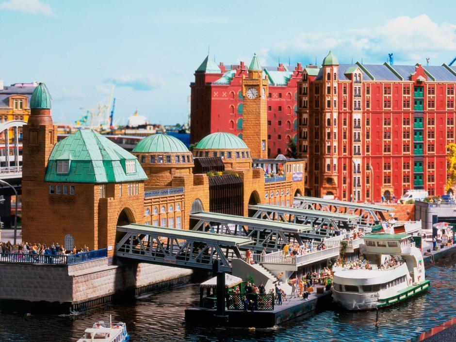 Landungsbrücken im Miniformat im Miniatur Wunderland Hamburg in der Nähe vom JUFA Hotel Hamburg Hafen City. Der Ort für erlebnisreichen Städtetrip für die ganze Familie und der ideale Platz für Ihr Seminar. Kindermuseen in Hamburg