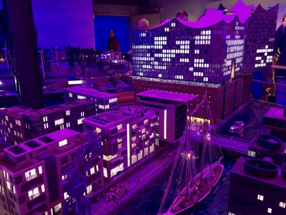 Sie sehen eine Modellansicht der Elbphilharmonie bei Nacht im Miniatur Wunderland in Hamburg. JUFA Hotels bietet erlebnisreichen Städtetrip für die ganze Familie und den idealen Platz für Ihr Seminar.