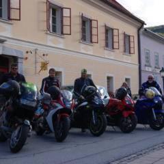 Sie sehen eine Reihe Motorradfahrer vor dem JUFA Hotel Oberwölz-Lachtal. Der Ort für tollen Urlaub mit viel Abenteuer und Spaß für die ganze Familie.