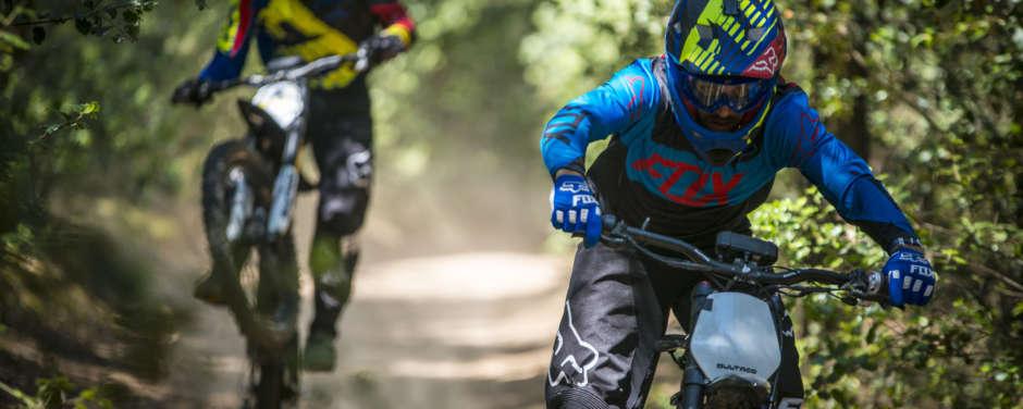 Sie sehen zwei Mountainbiker auf einem Freeride-Trail auf der Riesneralm im Wald. JUFA Hotels bietet tollen Urlaub mit viel Abenteuer und Spass für die ganze Familie.