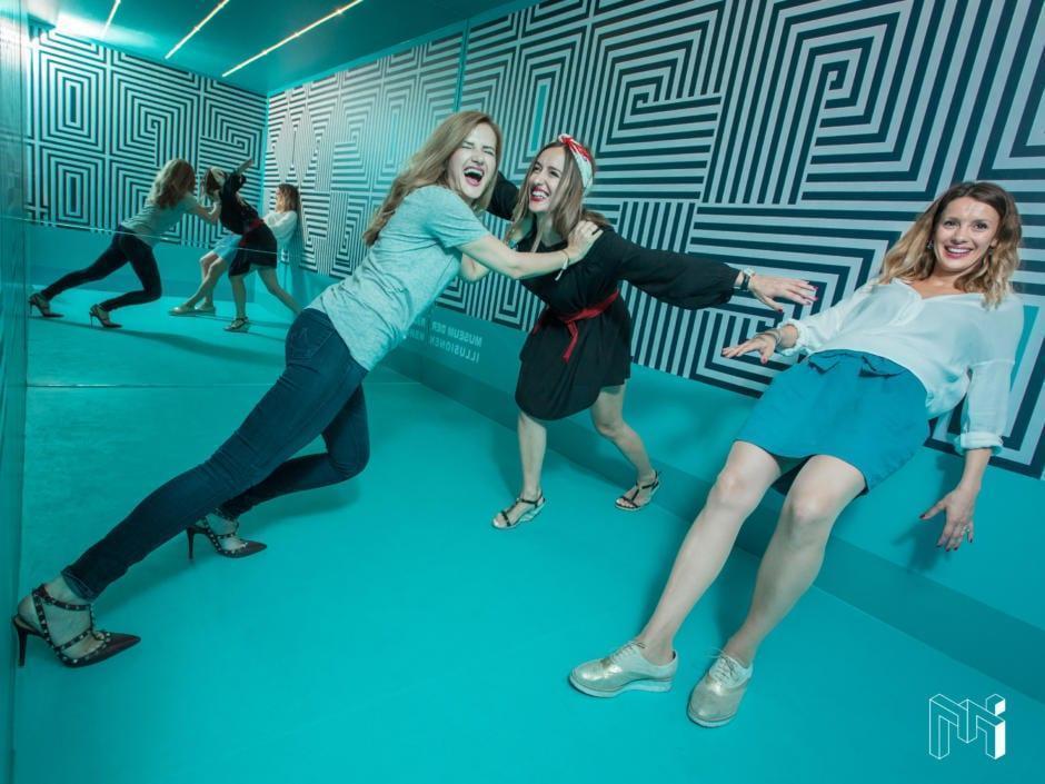 Sie sehen Frauen im Museum der Illusionen in Wien. JUFA Hotels bieten erholsamen Familienurlaub und einen unvergesslichen Städteurlaub.
