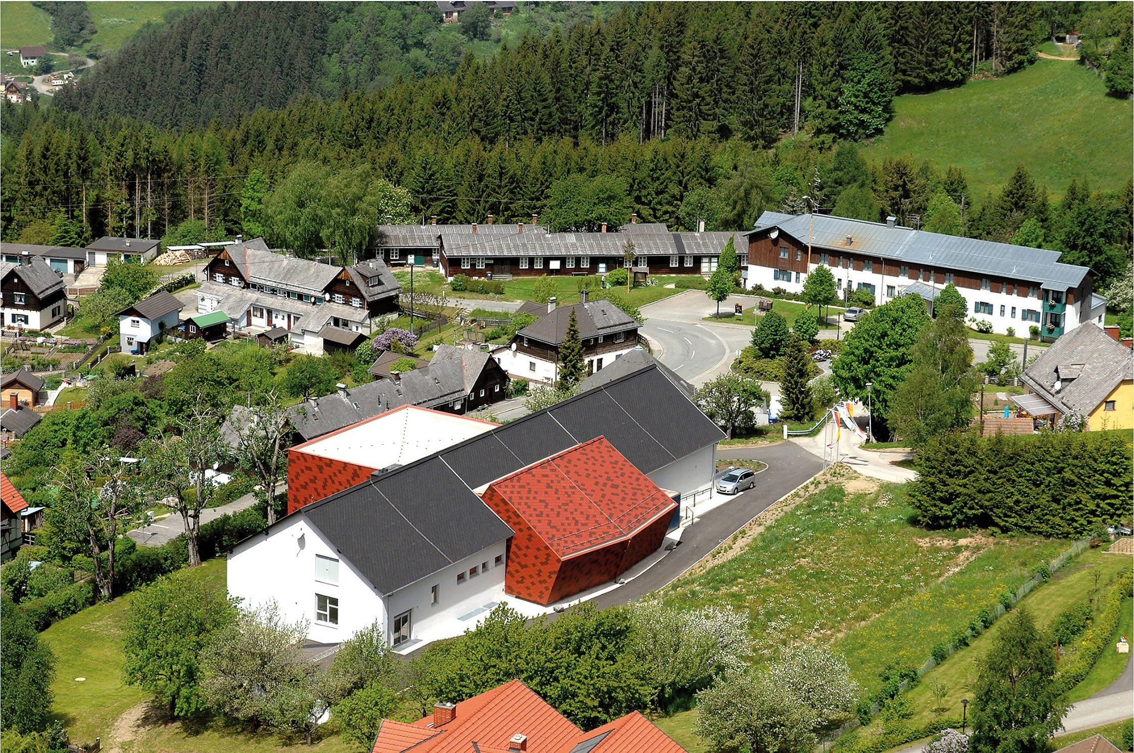 Sie sehen das Musikzentrum Knappenberg aus der Vogelperspektive. JUFA Hotels bietet den idealen Platz zum Musizieren und Singen in der Gemeinschaft in abwechslungsreichen Regionen.