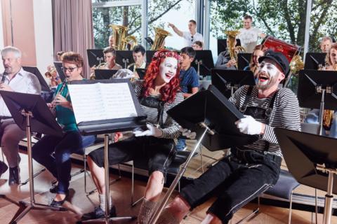 Sie sehen Musiker beim Musizieren in der Musikakademie Knappenberg. JUFA Hotels bietet den idealen Platz zum Musizieren und Singen in der Gemeinschaft in abwechslungsreichen Regionen.