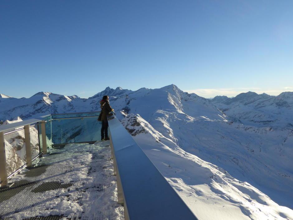 Sie sehen den Nationalpark Gallery mit einer Plattform am Kitzsteinhorn im Winter. JUFA Hotels bietet erholsamen Familienurlaub und einen unvergesslichen Winterurlaub.