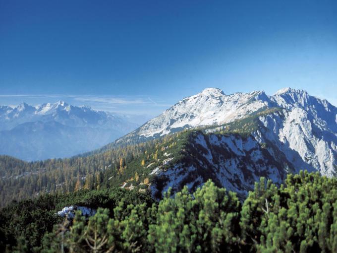 Sie sehen einen Ein Blick auf die Berge des Nationalparks Kalkalpen in Oberösterreich. JUFA Hotels bietet Ihnen den Ort für erlebnisreichen Natururlaub für die ganze Familie.
