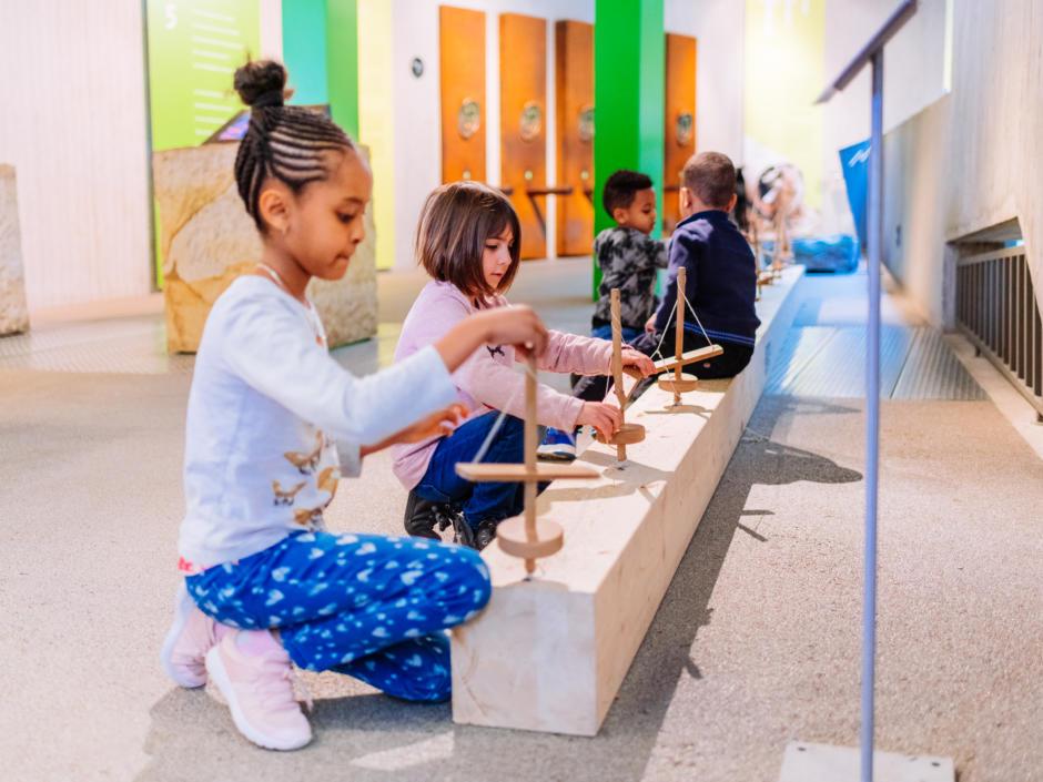 Sie sehen Kinder in einer Ausstellung des Neanderthalmuseums.