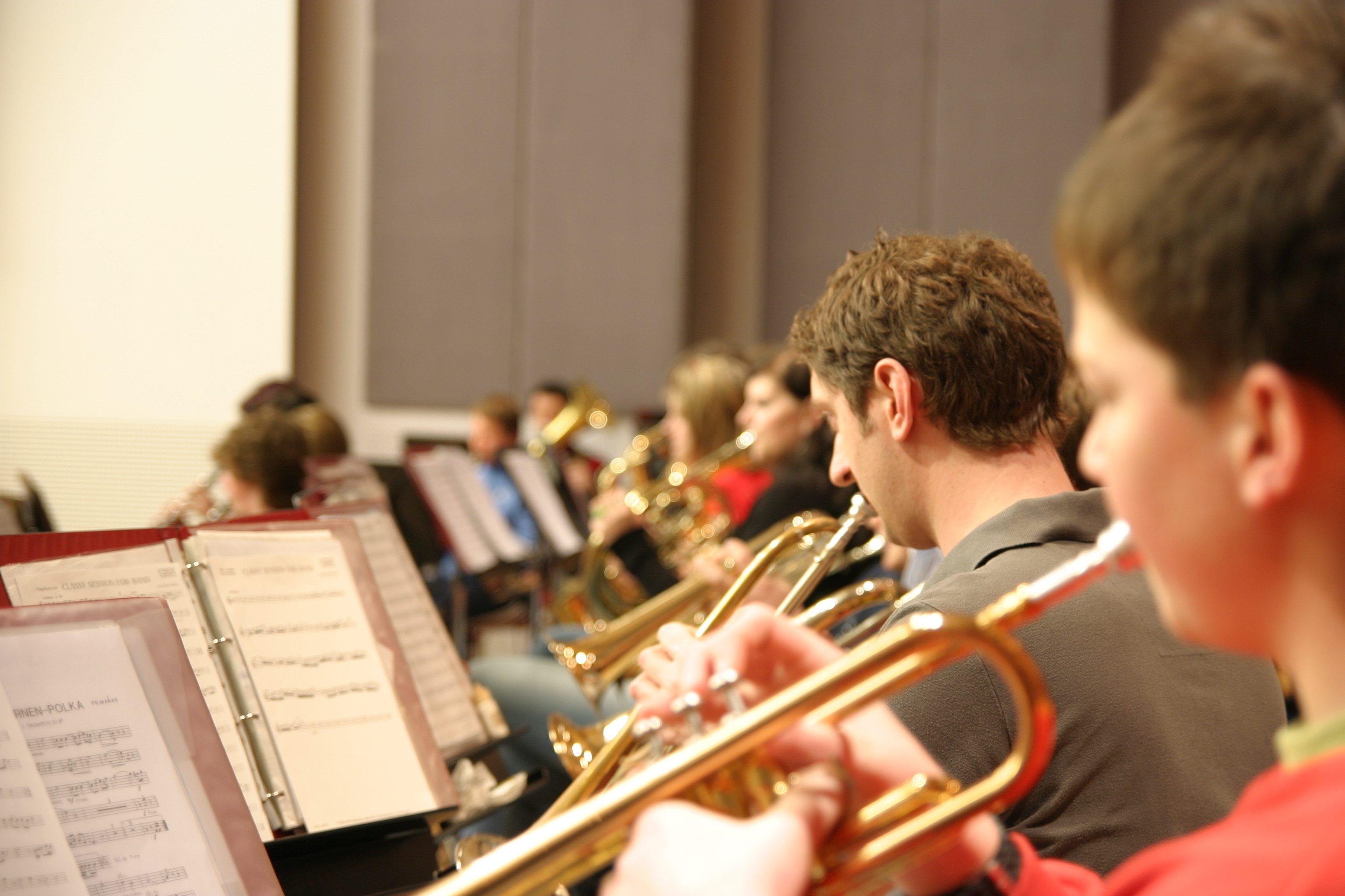 Sie sehen ein Orchester im Musikzentrum Knappenberg. JUFA Hotels bietet den idealen Platz zum Musizieren und Singen in der Gemeinschaft in abwechslungsreichen Regionen.