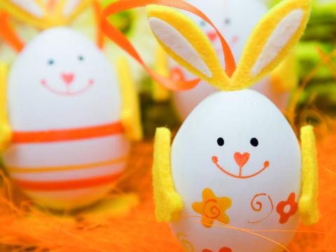 Lustig bemalte Eier in den Farben Gelb und Orange als Osterdekoration. JUFA Hotels bieten erholsamen Familienurlaub und einen unvergesslichen Winter- und Wanderurlaub.