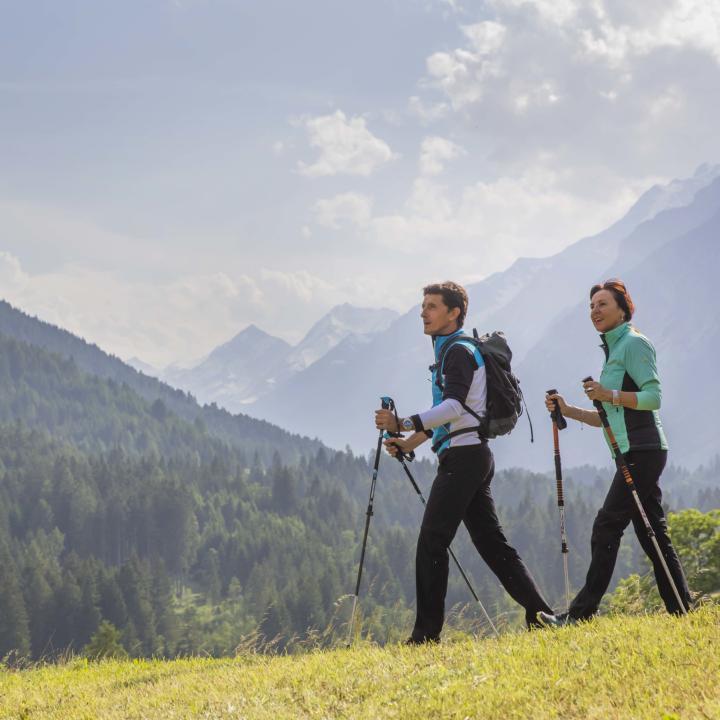 Sie sehen ein Paar beim Wandern im JUFA Hotel Wipptal. Der Ort für erholsamen Familienurlaub und einen unvergesslichen Winter- und Wanderurlaub.