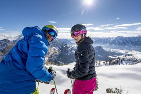 Sie sehen ein Pärchen beim Skifahren auf dem Loser im Ausseerland. JUFA Hotels bietet erholsamen Familienurlaub und einen unvergesslichen Winterurlaub.
