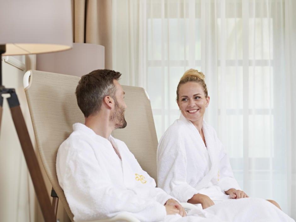 Sie sehen ein Paar im Wellnessbereich im JUFA Hotel Stift Gurk. Der Ort für erlebnisreichen Natururlaub für die ganze Familie.