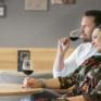 Sie sehen ein Paar sitzen bei einem Glas Wein im Café des JUFA Hotels Waldviertel. Der Ort für erholsamen Familienurlaub und einen unvergesslichen Winter- und Wanderurlaub.