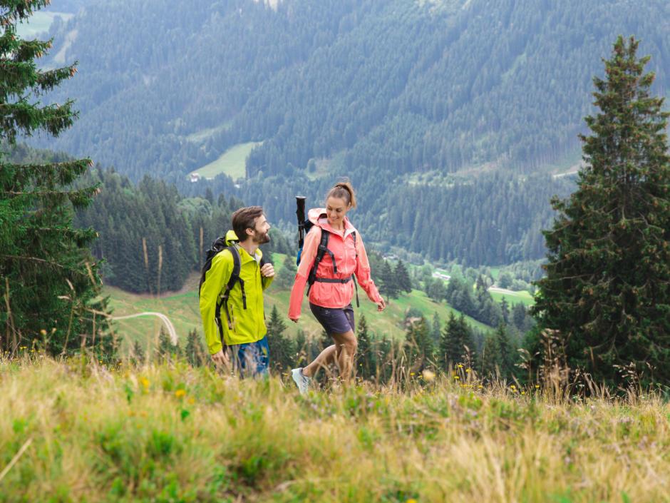 Sie sehen ein Paar in Salzburg beim Wandern am Kohlmais. JUFA Hotels bietet erholsamen Familienurlaub und einen unvergesslichen Winterurlaub.