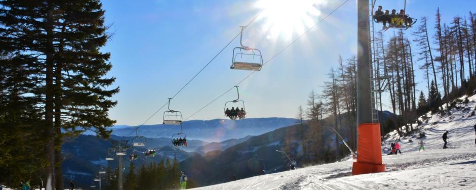 Sie sehen den Panoramasessellift im Skigebiet Veitsch-Brunnalm in der Steiermark. JUFA Hotels bietet erholsamen Familienurlaub und einen unvergesslichen Winterurlaub.