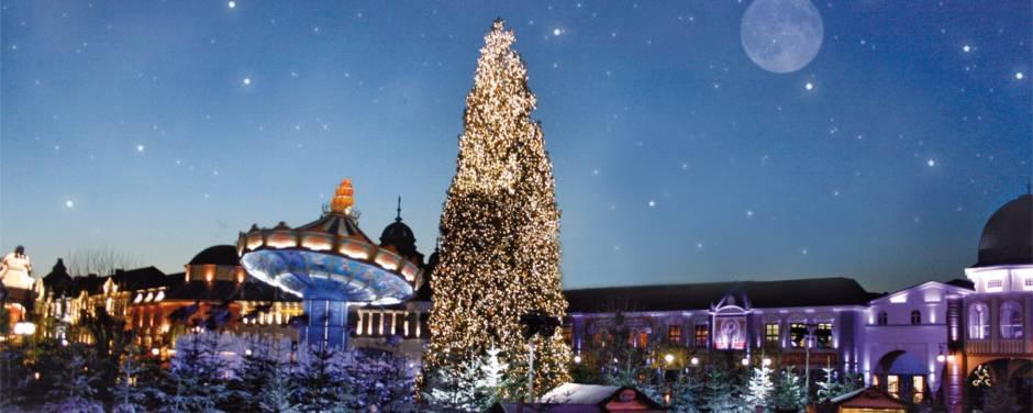 Sie sehen das Phantasialand mit einer Eislauffläche und einem Weihnachtsbaum im Winter. JUFA Hotels bietet erholsamen Familienurlaub und einen unvergesslichen Winterurlaub.
