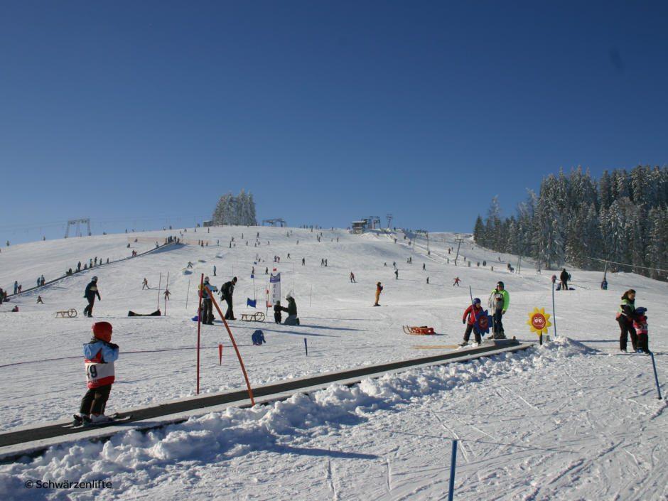 Sie sehen die Piste im Skigebiet Eschach in Bayern mit einem Zauberteppich. JUFA Hotels bietet erholsamen Familienurlaub und einen unvergesslichen Winterurlaub.