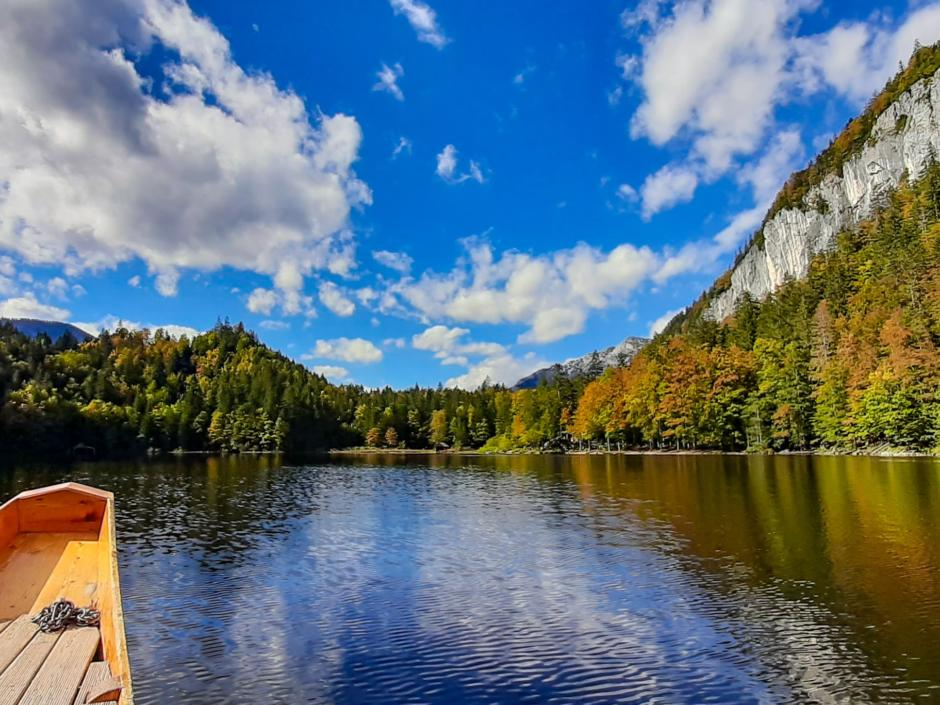 Sie sehen den malerischen Toplitzsee im Ausseerland bei einer Plättenfahrt. JUFA Hotels bietet tollen Sommerurlaub an schönen Seen für die ganze Familie.