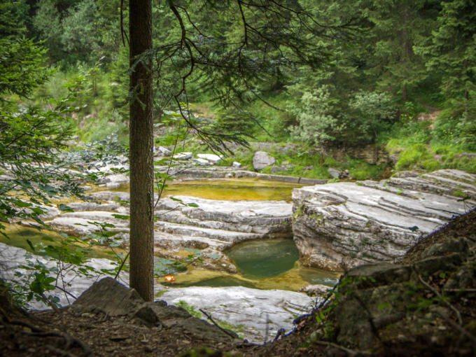 Idyllischer Badeplatz mit Felswannen und kühlem Wasser, ideal für heiße Sommertage.