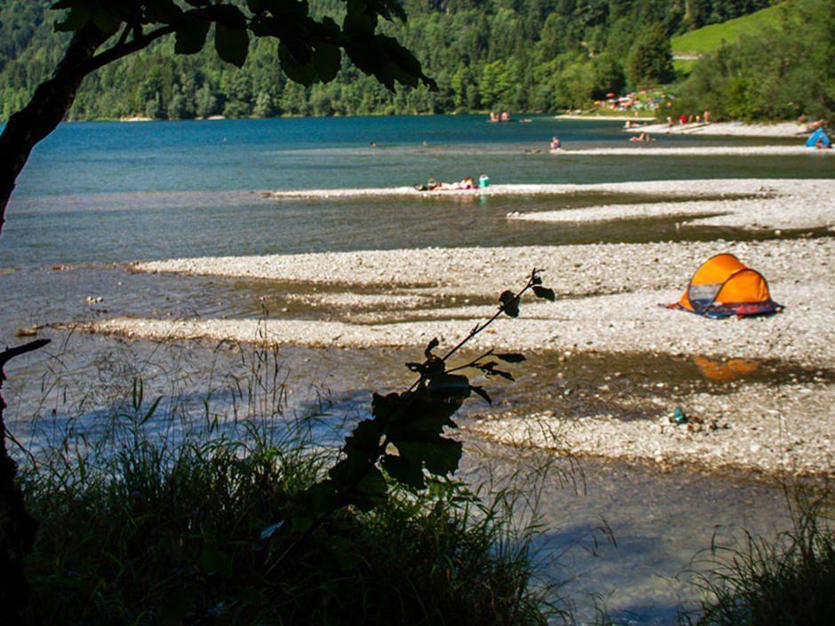 Gratis baden am Kiesstrand vom schönen Hintersee, in der Nähe von Salzburg.