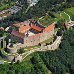 Sie sehen eine Luftaufnahme der Festung Plassenburg in Kulmbach. JUFA Hotels bietet kinderfreundlichen und erlebnisreichen Urlaub für die ganze Familie.