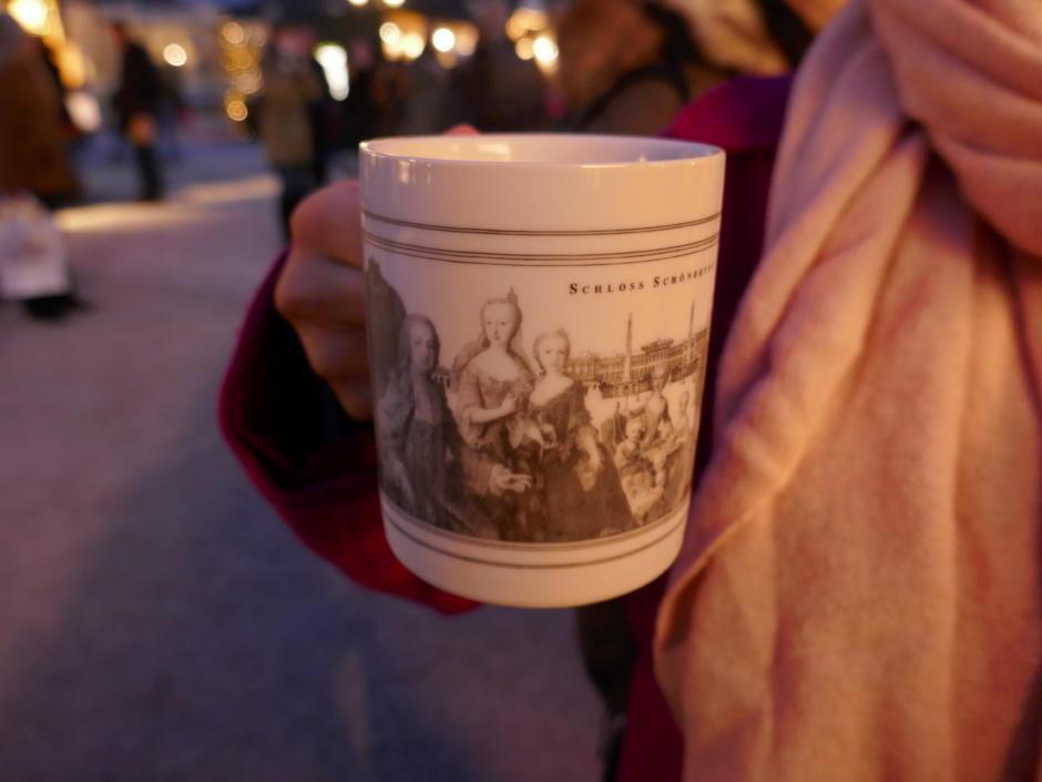 Sie sehen ein Punsch-Häferl auf dem Weihnachtsmarkt Schönbrunn in Wien. JUFA Hotels bietet erholsamen Familienurlaub und einen unvergesslichen Winterurlaub.