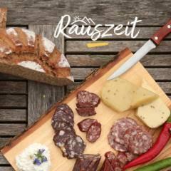 Sie sehen eine Brettljause mit Wurst und Käse und eine Wanderkarte. JUFA Hotels bietet erholsamen Familienurlaub und einen unvergesslichen Wanderurlaub