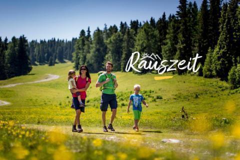 Sie sehen eine Familie beim Wandern in der Steiermark im Sommer. JUFA Hotels bietet erholsamen Familienurlaub und einen unvergesslichen Wanderurlaub